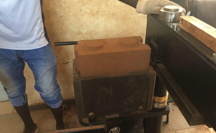 """PERCORSI CREATIVI: Una pressa per la realizzazione del """"Blocco Mattone"""" in terra cruda a KOUSSANAR in Senegal"""